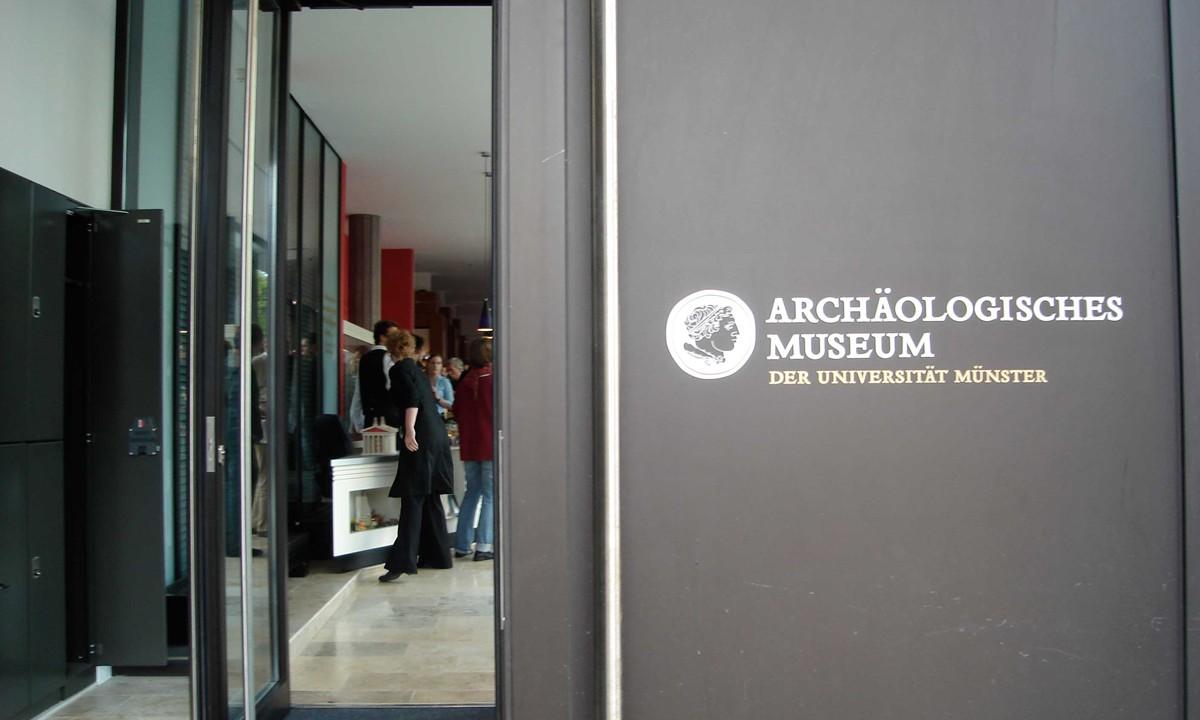 archäologisches-museum-eingang-logo